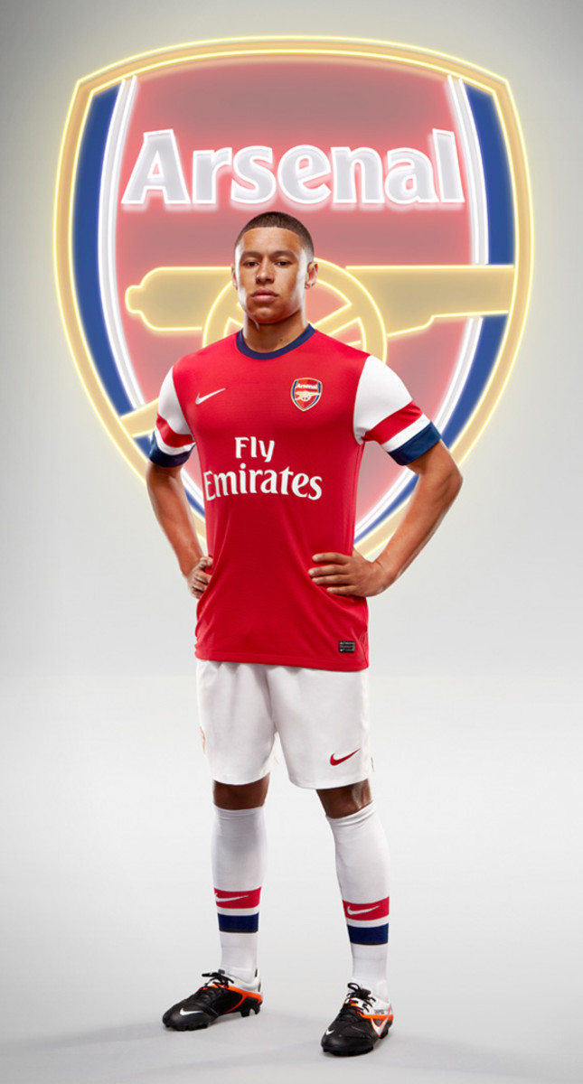 nike-arsenal-2012-2013-home-kit-alex-oxlade-chamberlain-01