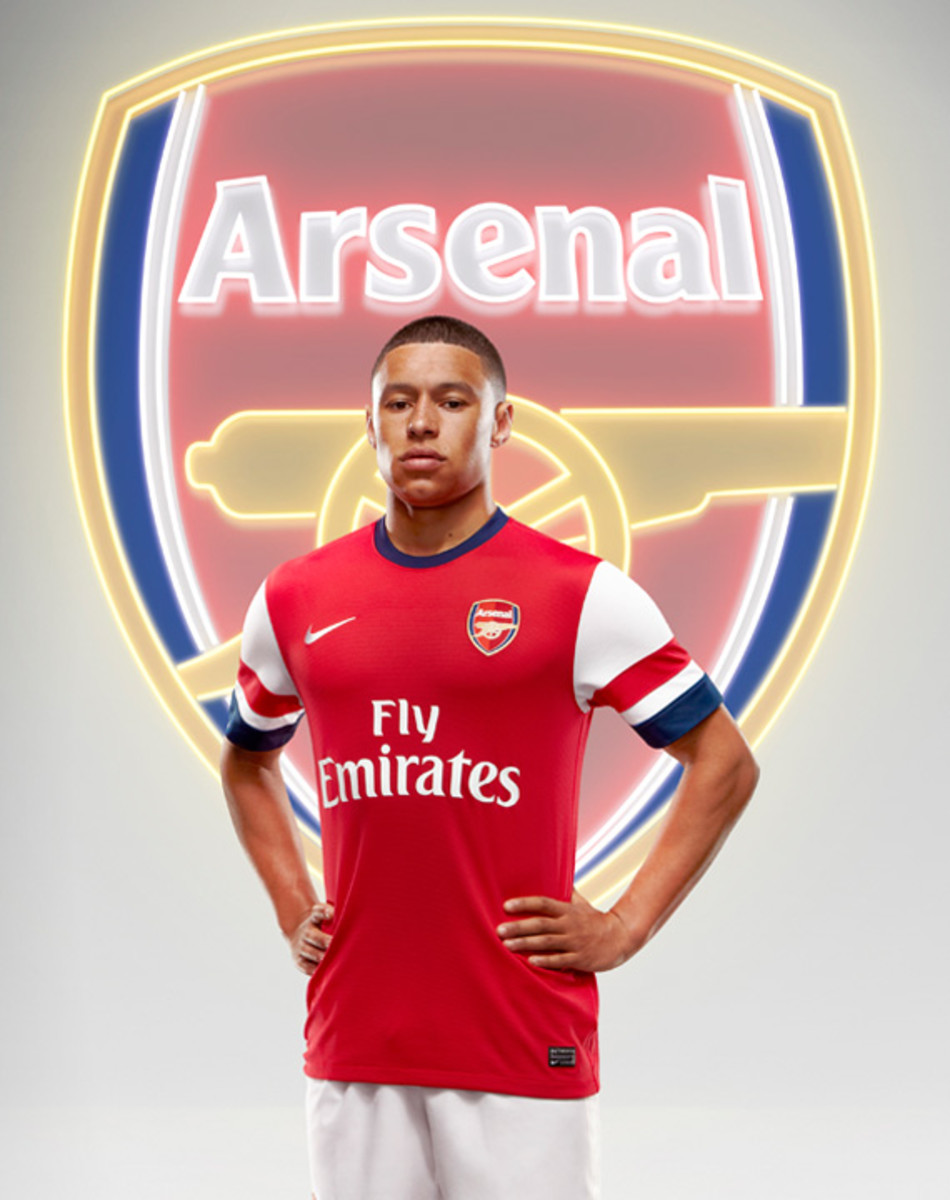 nike-arsenal-2012-2013-home-kit-alex-oxlade-chamberlain-02