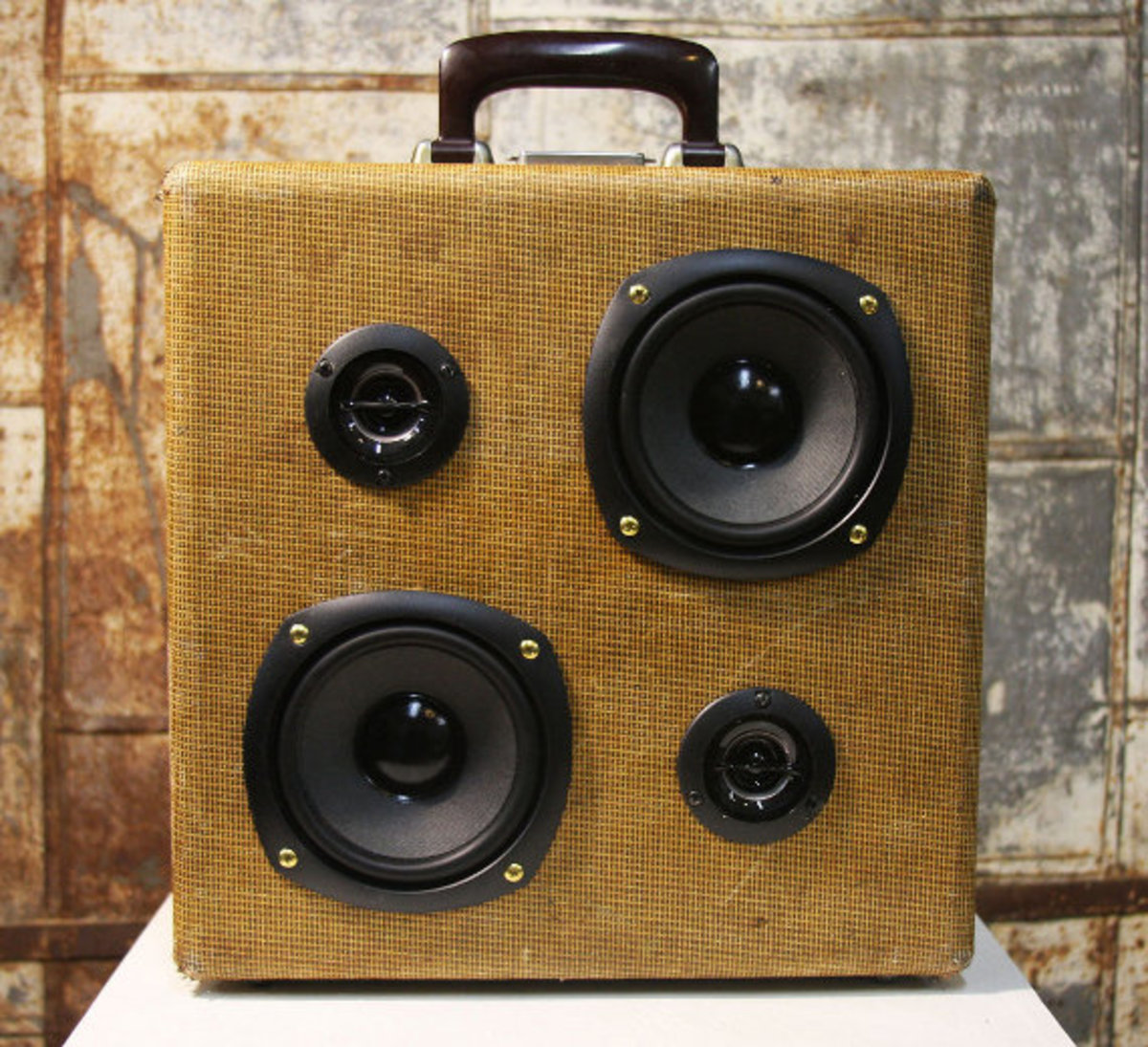 case-of-base-recycled-vintage-suitcase-boombox-02