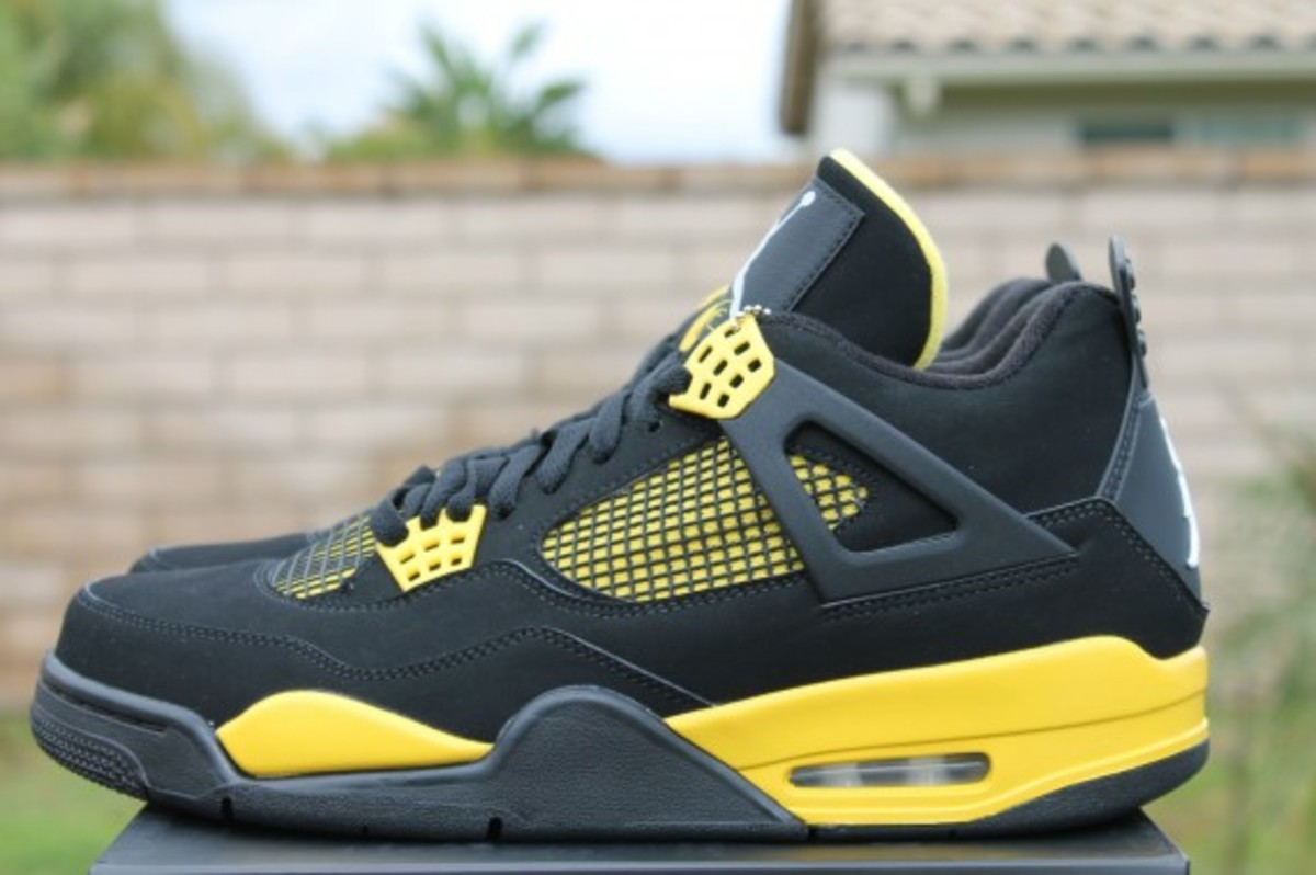 air-jordan-iv-thunder-release-reminder-308497-008-003