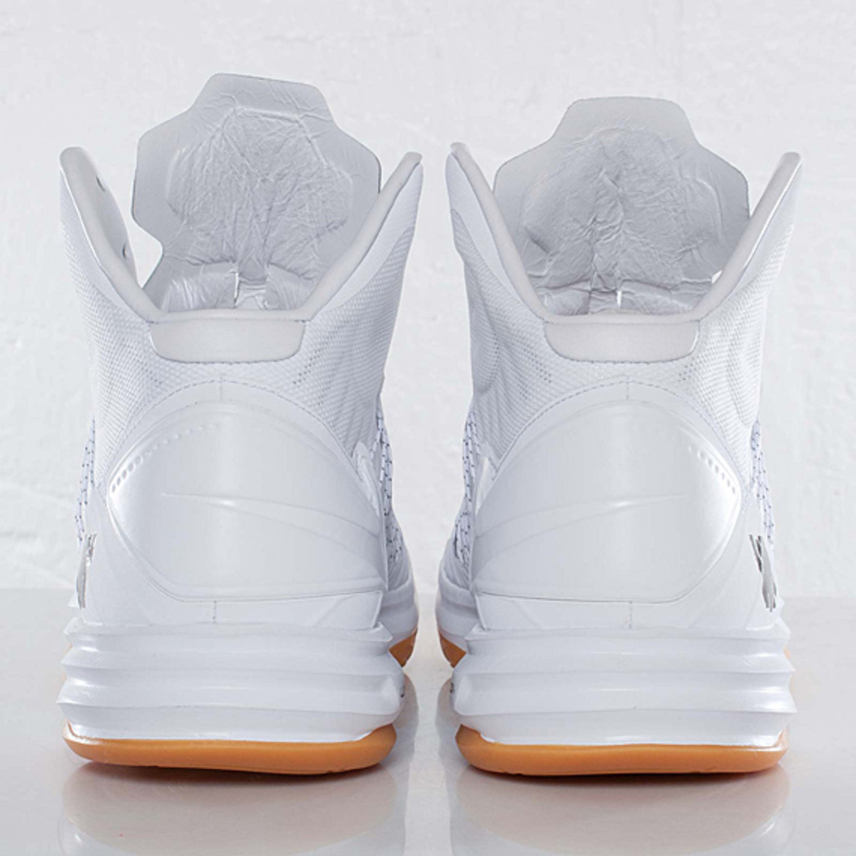 undefeated-nike-hyperdunk-bring-back-pack-598471-110-05