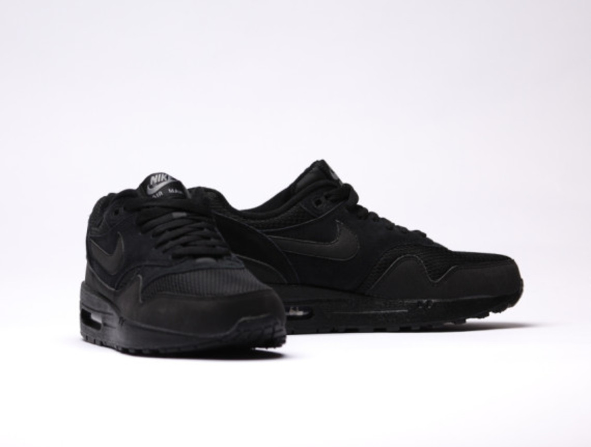 nike-air-max-1-essential-triple-black-02