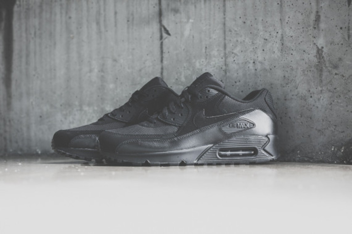 nike-air-max-90-triple-black-01