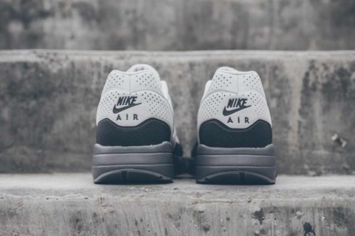 nike-air-max-1-ultra-moire-neutral-dark-grey-05