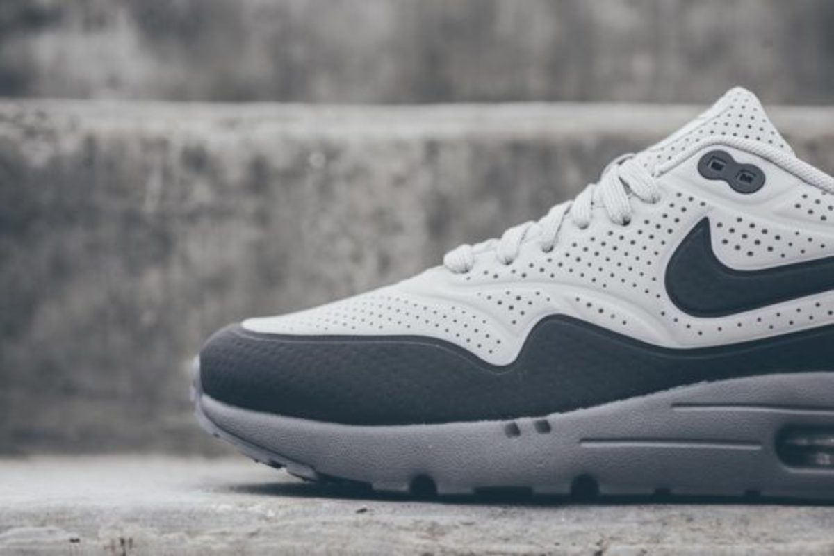 nike-air-max-1-ultra-moire-neutral-dark-grey-03