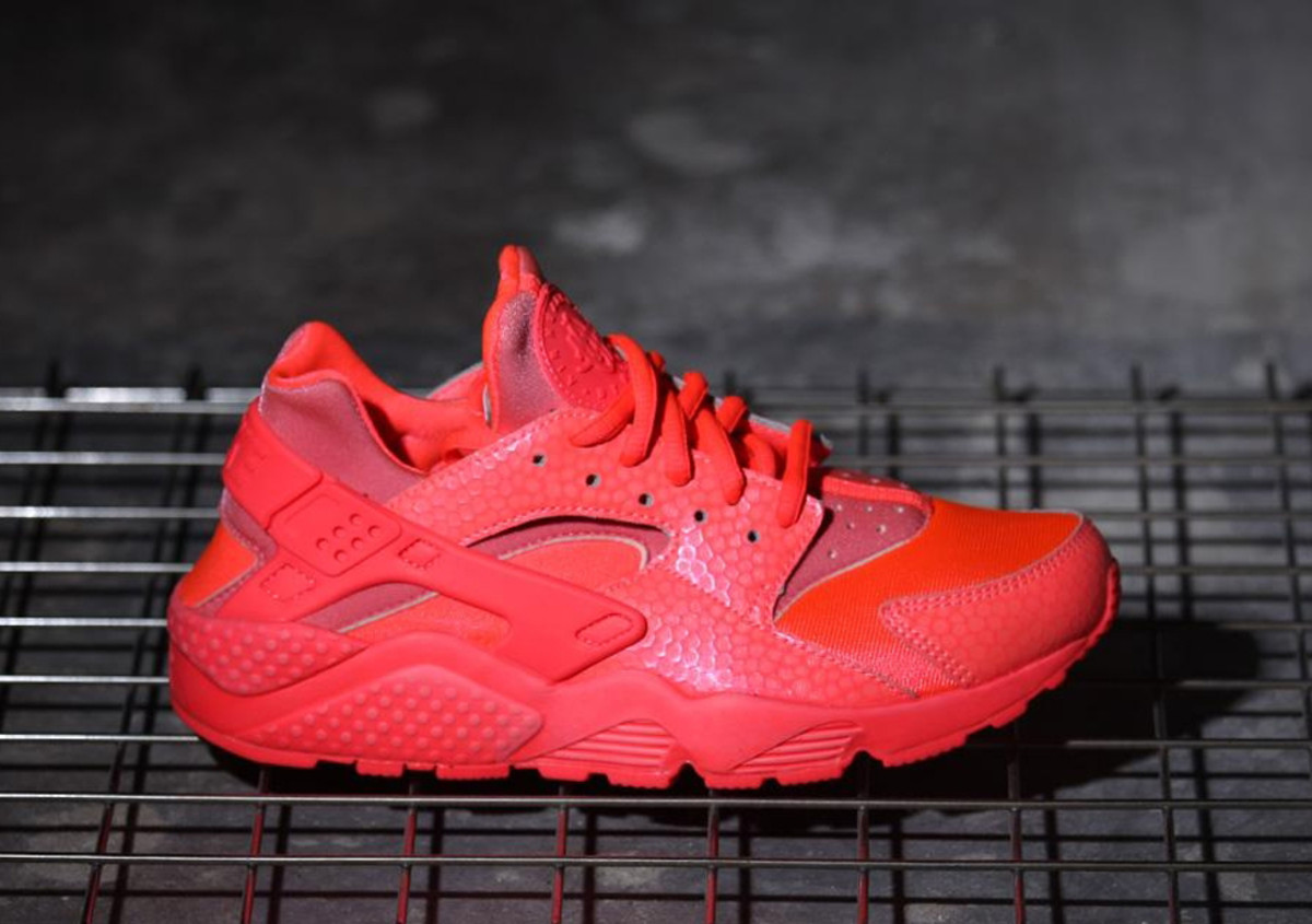 nike-wmns-air-huarache-run-hot-lava-01