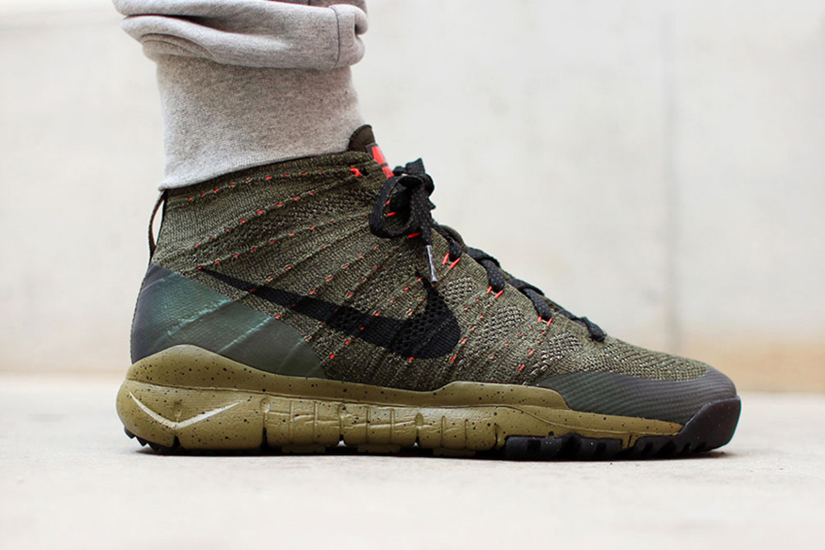 nike-flyknit-chukka-fsb-features-holographic-paneling-01