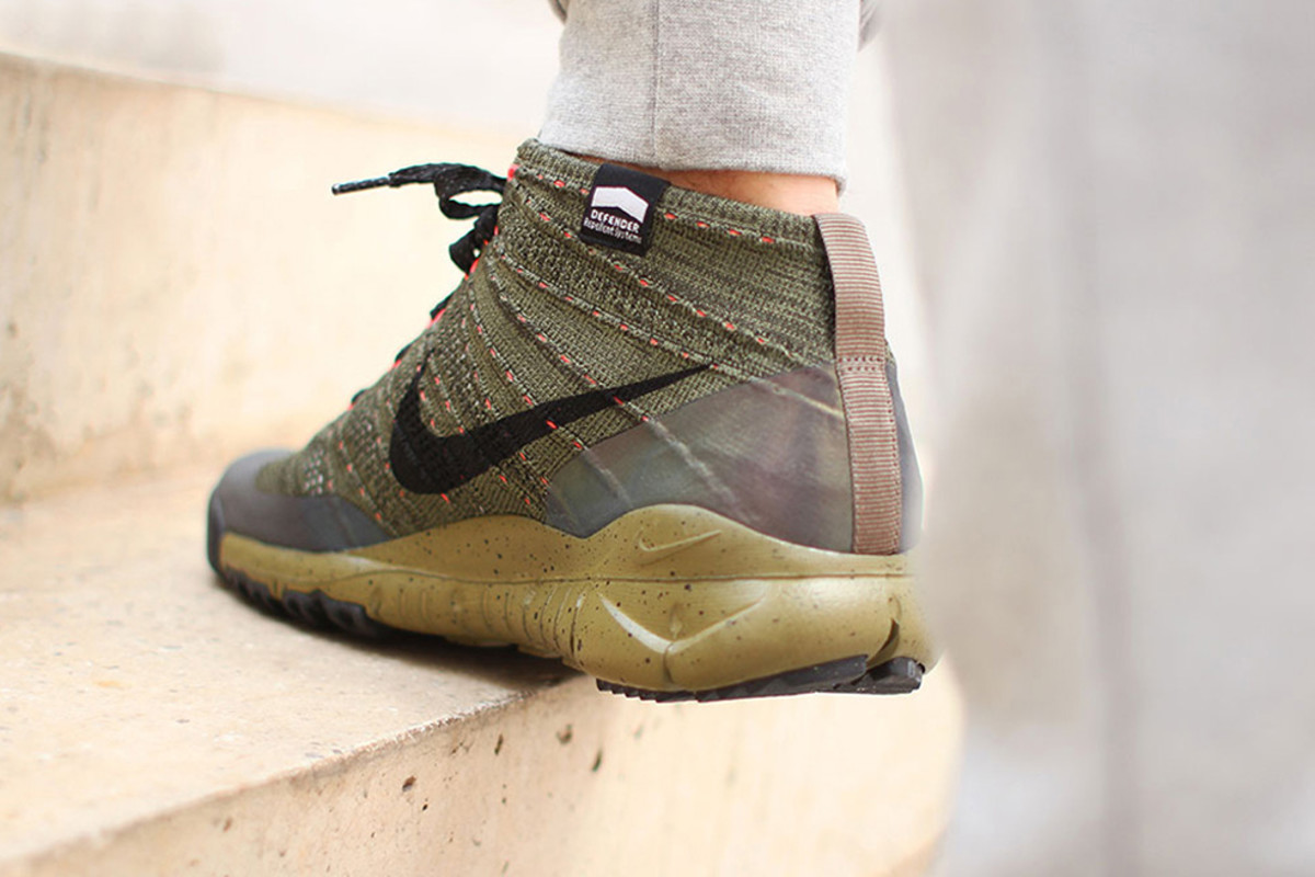 nike-flyknit-chukka-fsb-features-holographic-paneling-02