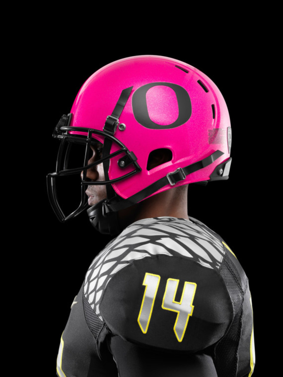 nike-oregon-ducks-football-pays-tribute-to-breast-cancer-awareness-06