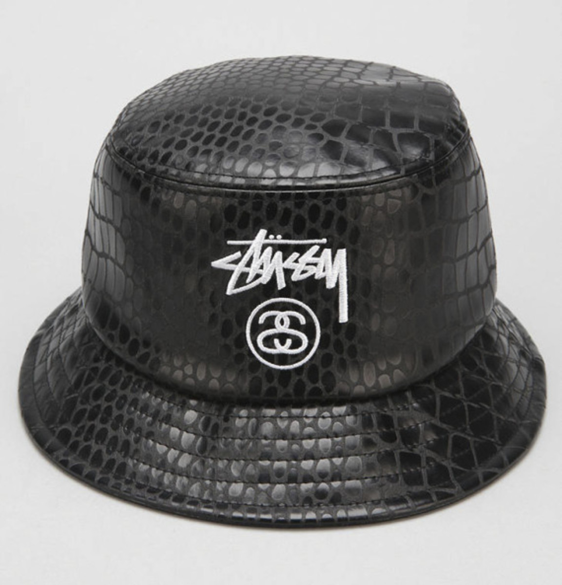 stussy-croc-faux-leather-bucket-hat-urban-outfitters-exclusive-01