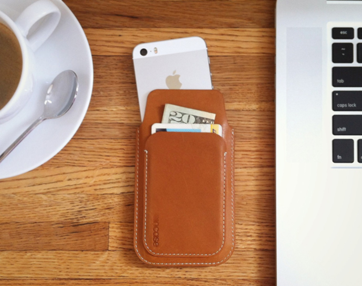 incase-iphone-5-leather-pouch-01