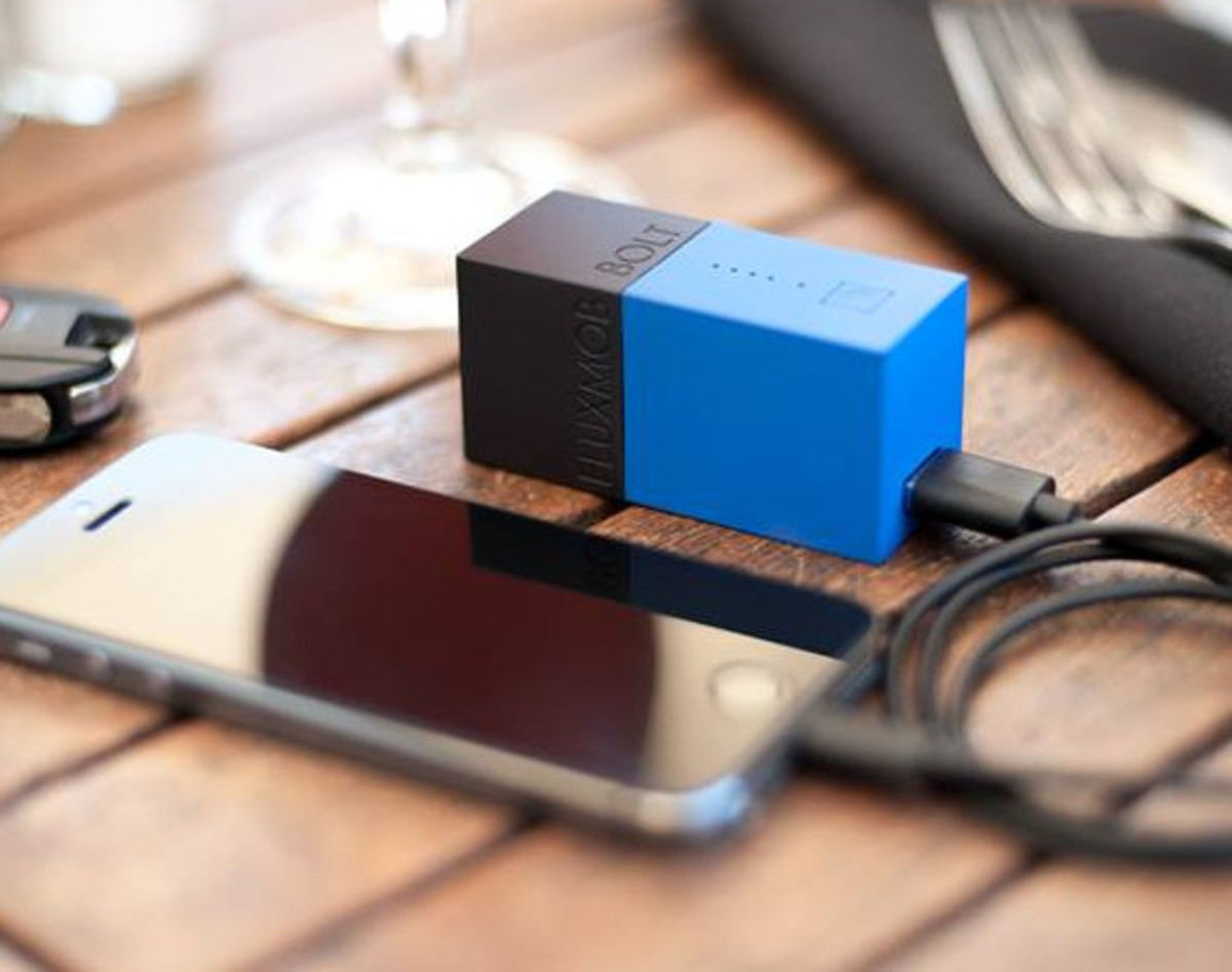 bolt-usb-battery-pack-with-built-in-wall-charger-01
