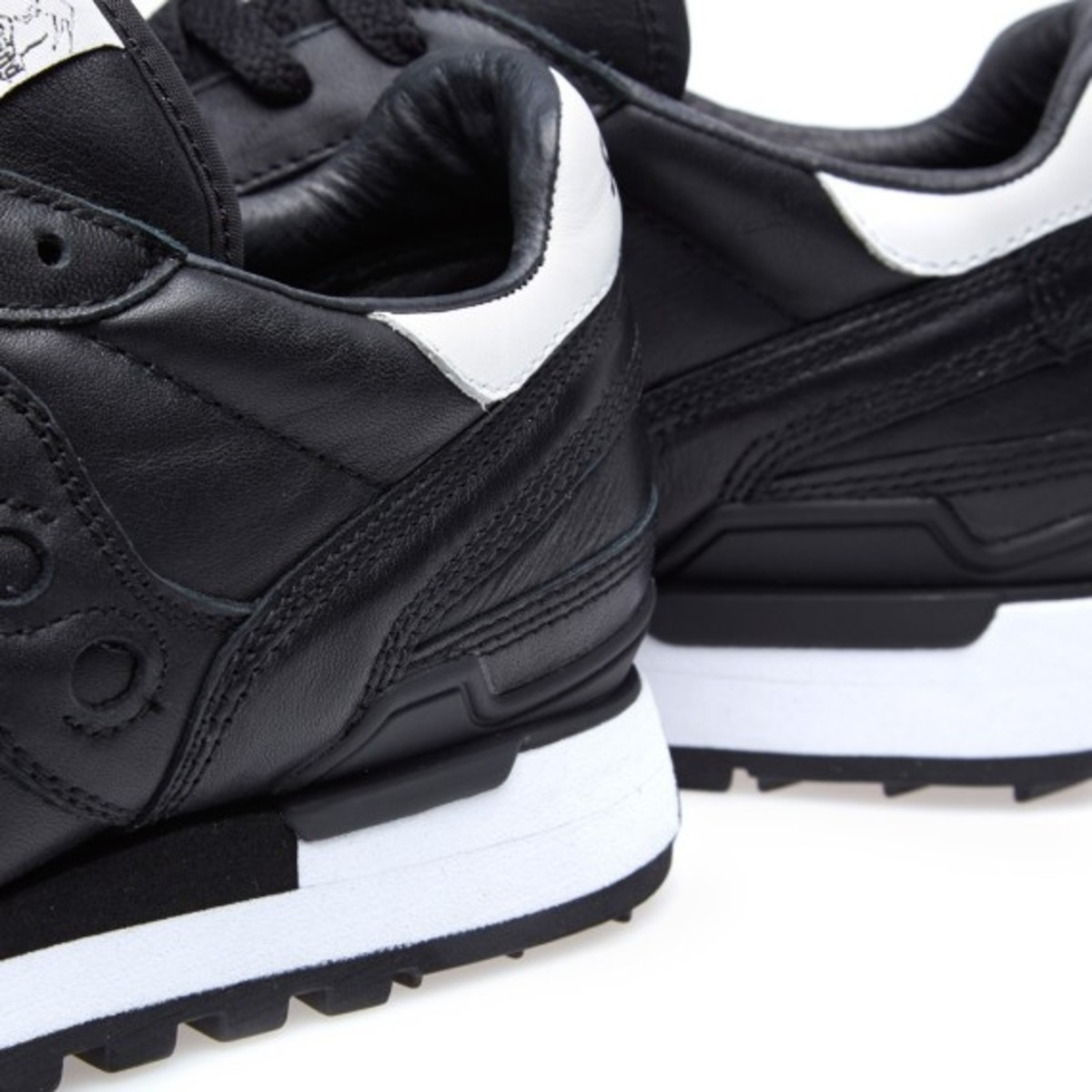 white-mountaineering-saucony-shadow-original-black-05