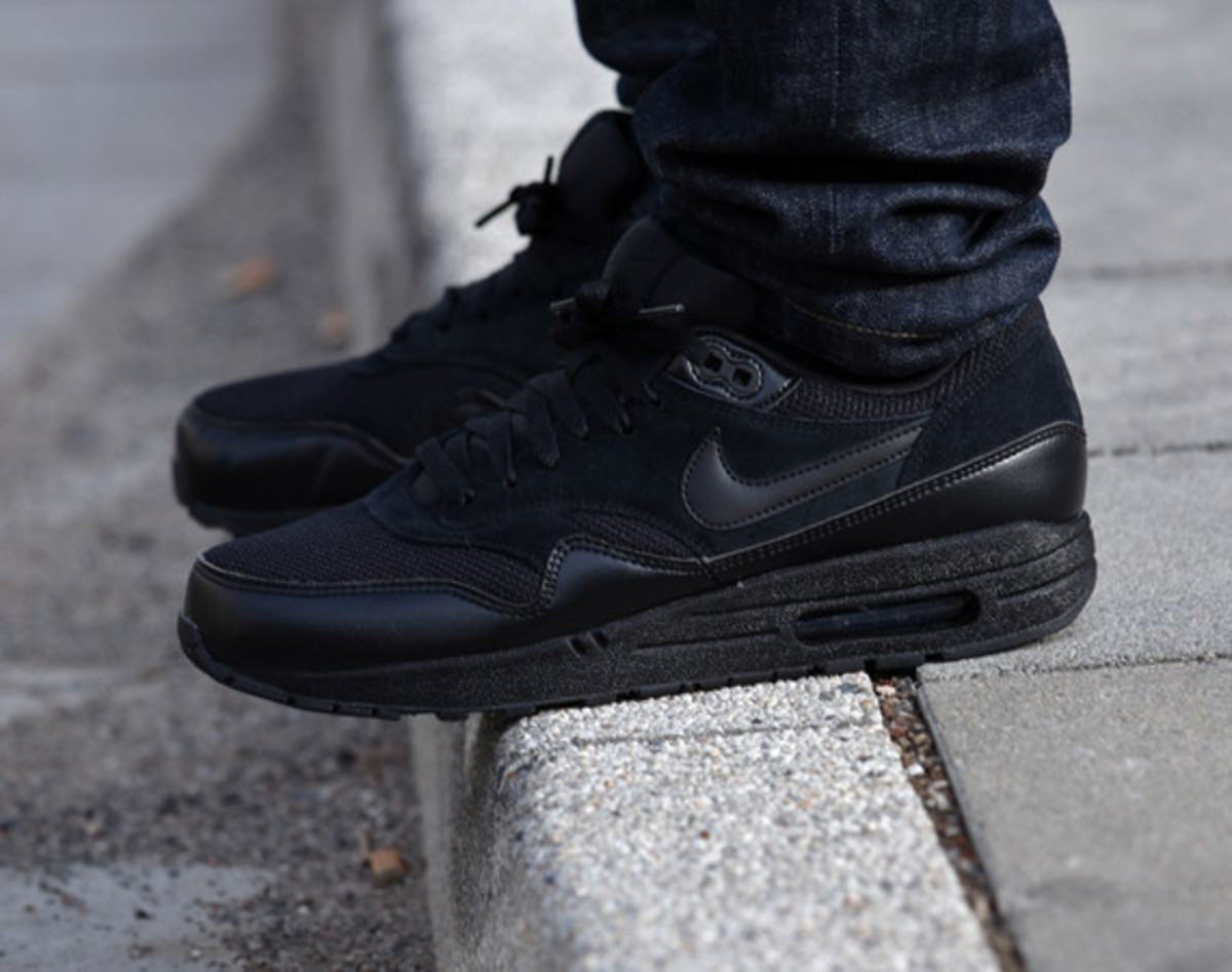 nike-air-max-1-essential-triple-black-01