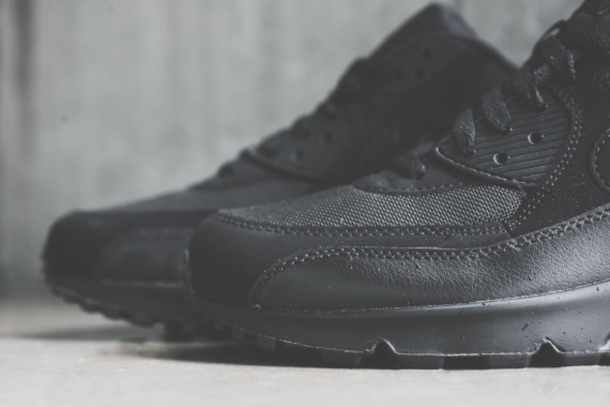 nike-air-max-90-triple-black-04