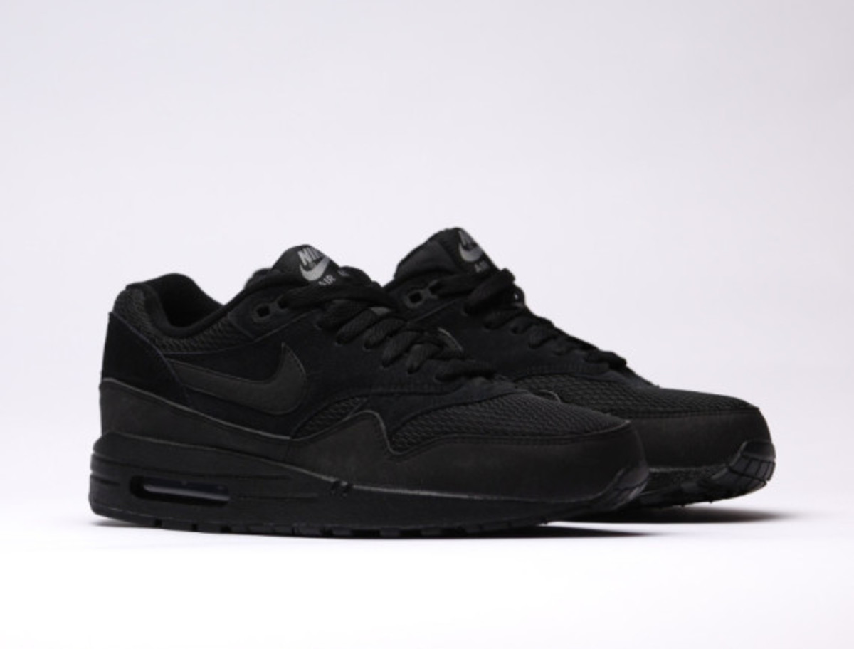 nike-air-max-1-essential-triple-black-03