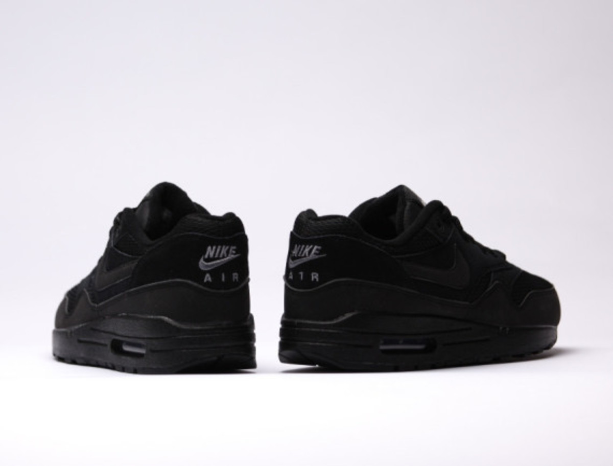 nike-air-max-1-essential-triple-black-05