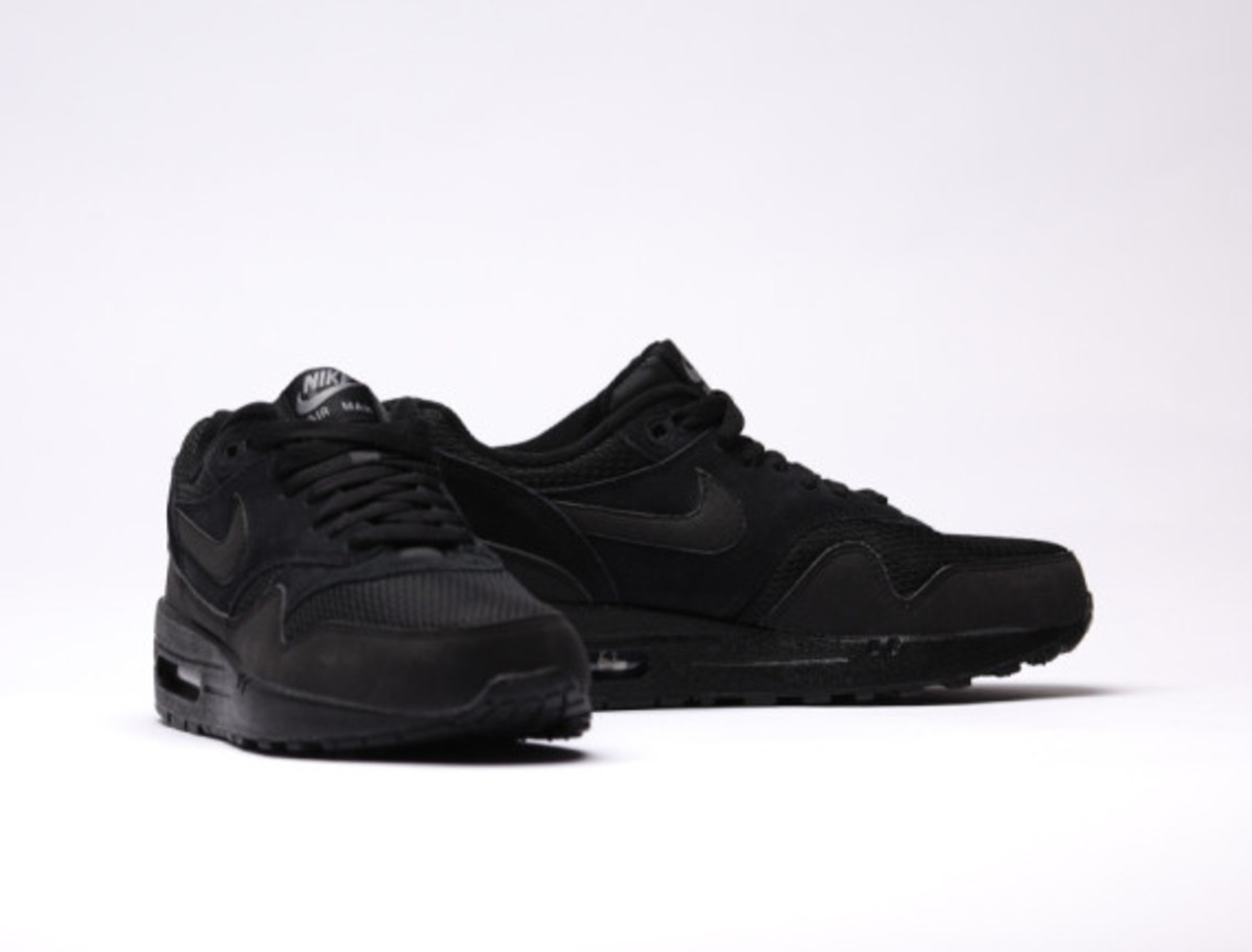 nike-air-max-1-essential-triple-black-04