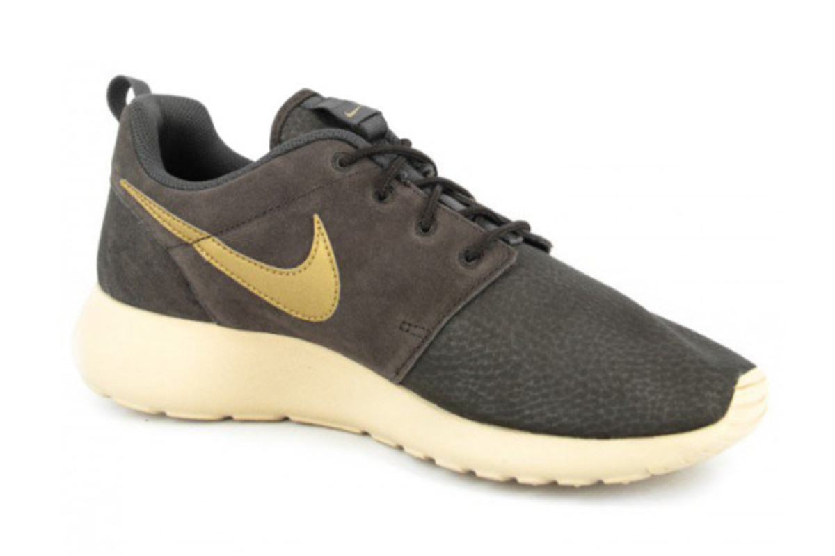 more photos e41a1 ffd9a ... Nike Roshe Run Suede Style 685280-273. Color Velvet BrownSand ...