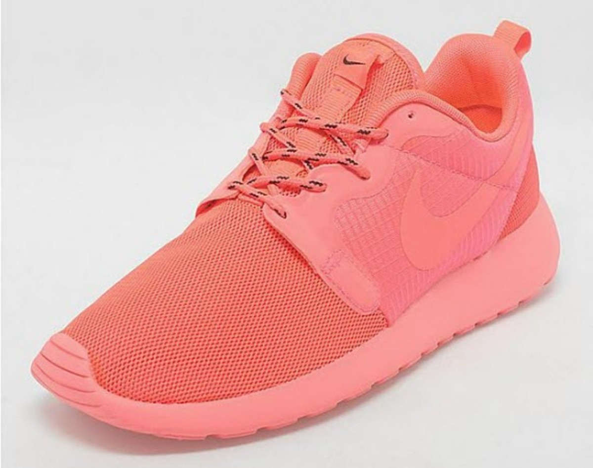 free shipping 1baeb 00e4a ... short time on the shelves, the latest production from the Roshe family  is anything but subtle. The new Nike Women s Roshe Run Hyperfuse Laser  Crimson ...