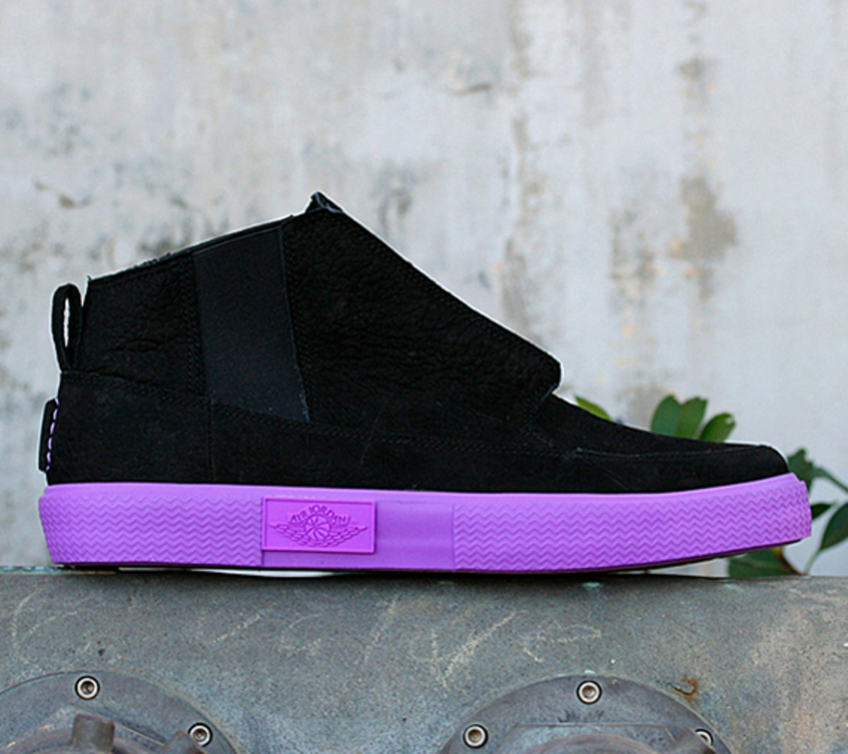 jordan-v2-grown-black-bright-violet-spark-02