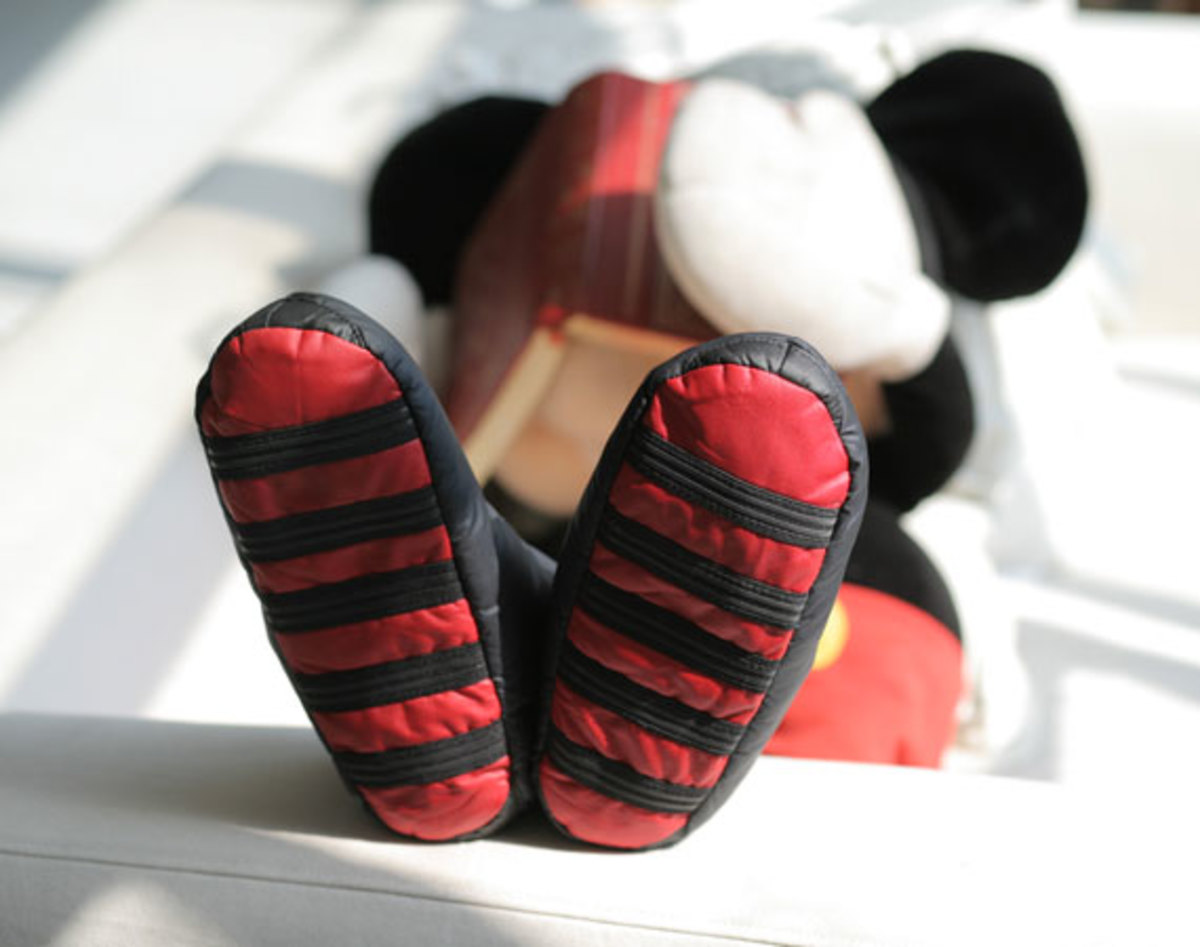 disney-man-in-the-forest-mickey-shoe-00