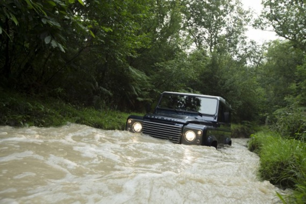 2013-land-rover-defender-02
