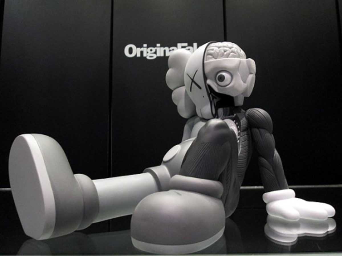medicom-toy-kaws-resting-place-figure-black-and-gray-03