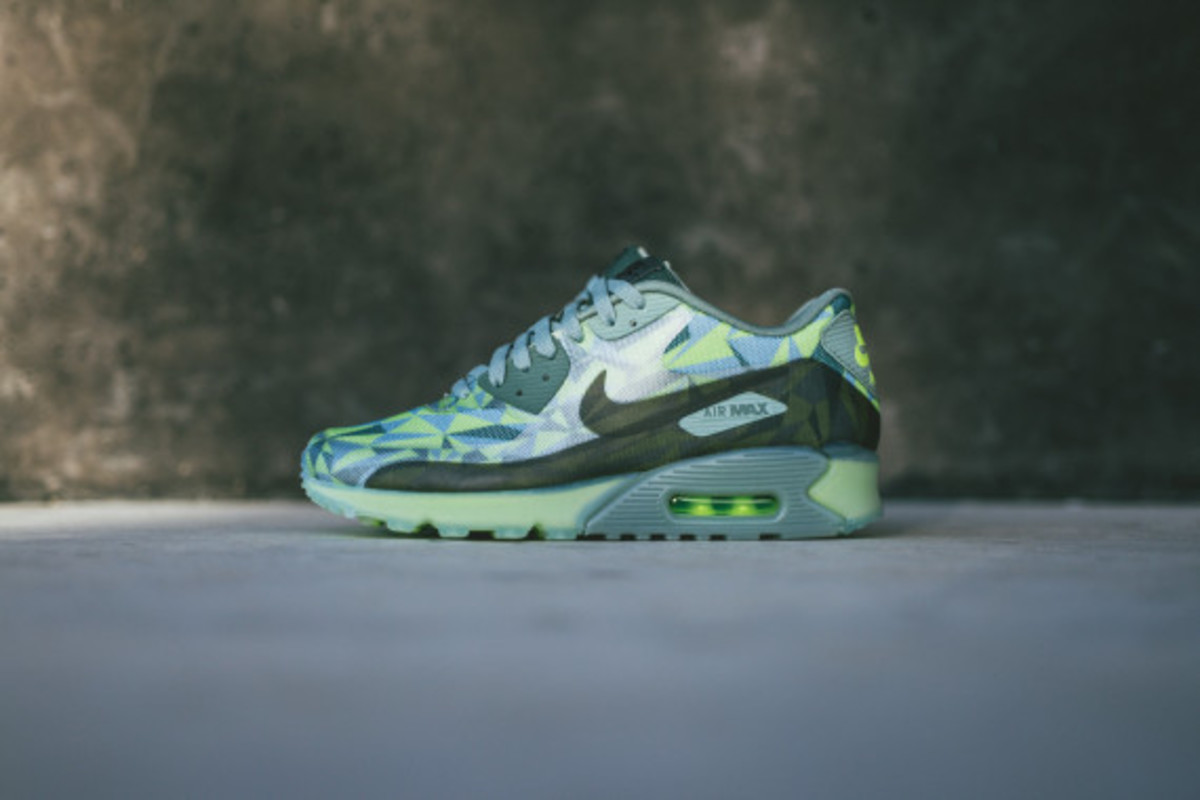 d59a2c2f9975 nike-air-max-90-volt-available-now-02