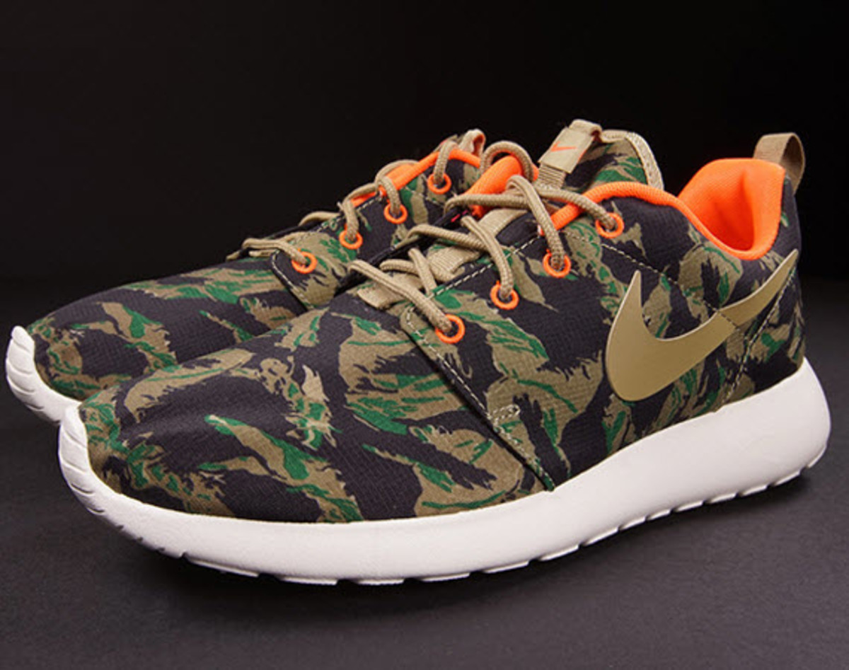 quality design 0acba 79467 For their latest FallWinter 2014 release, two American cultural mainstays  combine for Nikes Roshe Run in a Hunter Camo. Now available at select  shops, ...