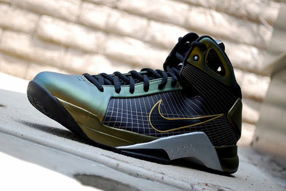 http-_sneakernewscom_2009_08_19_nike-hyperdunk-eggplant-metallic-gold-available-4