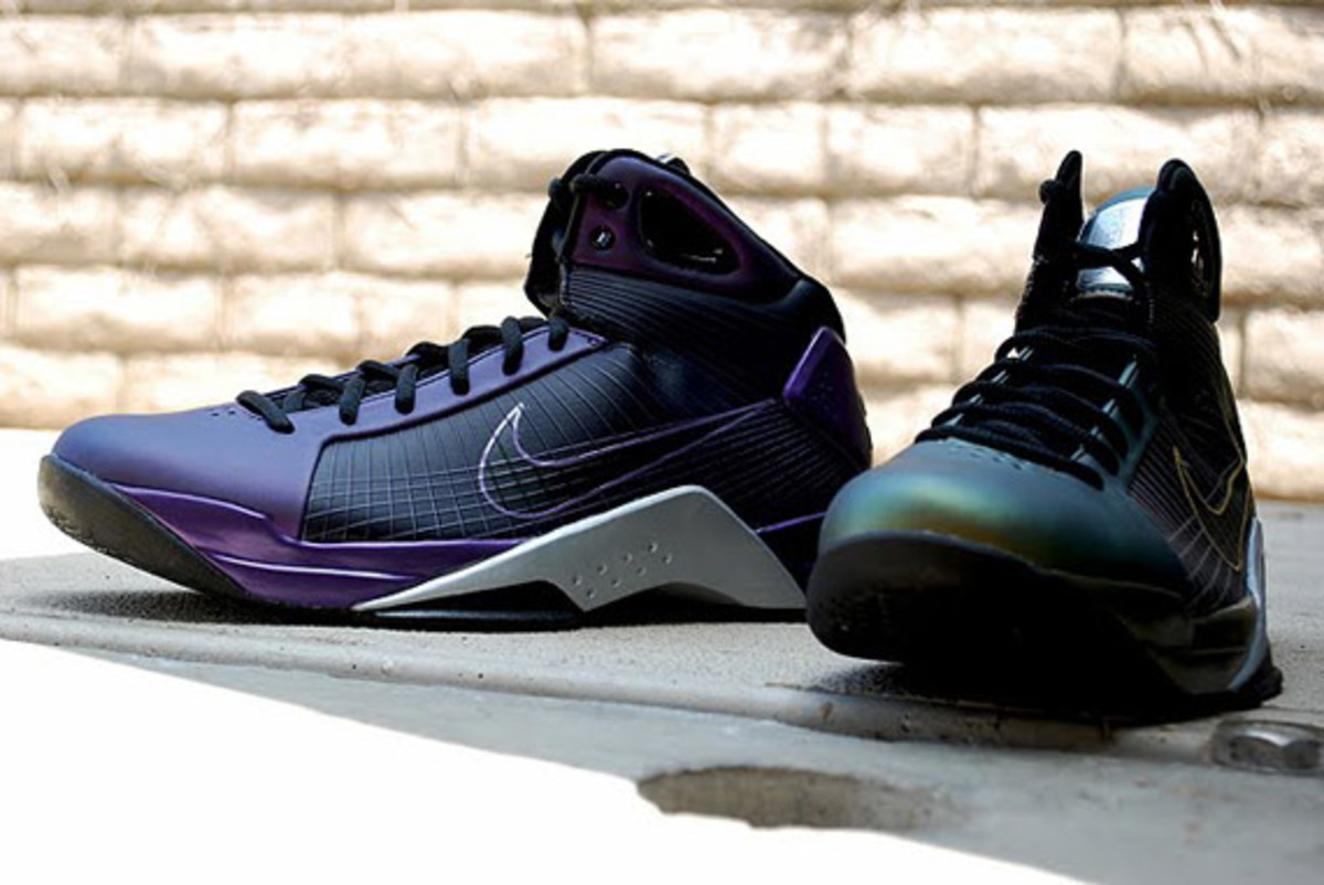 http-_sneakernewscom_2009_08_19_nike-hyperdunk-eggplant-metallic-gold-available-1