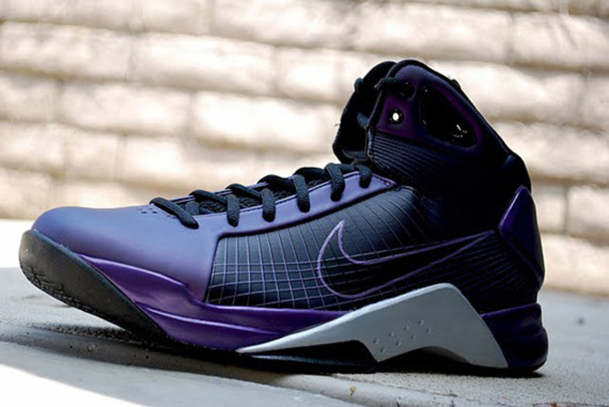 http-_sneakernewscom_2009_08_19_nike-hyperdunk-eggplant-metallic-gold-available-5