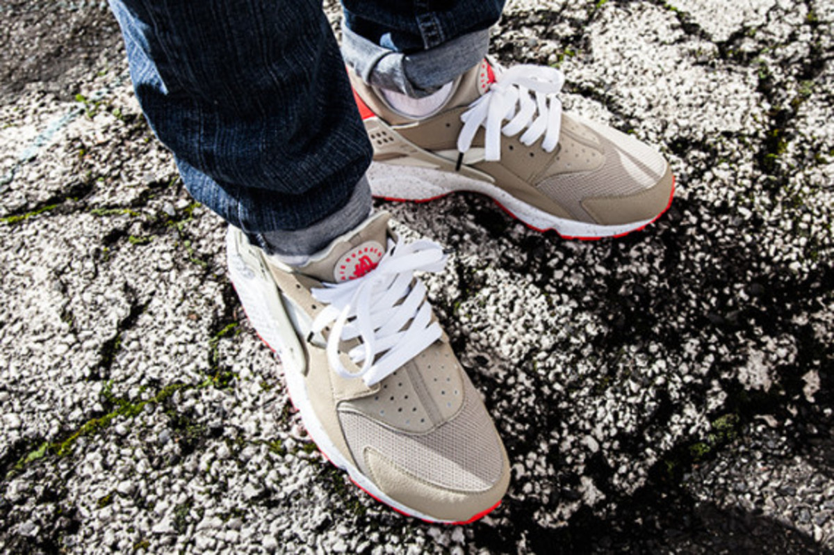 Nike Air Huarache Light Beige Laser Crimson Freshness Mag
