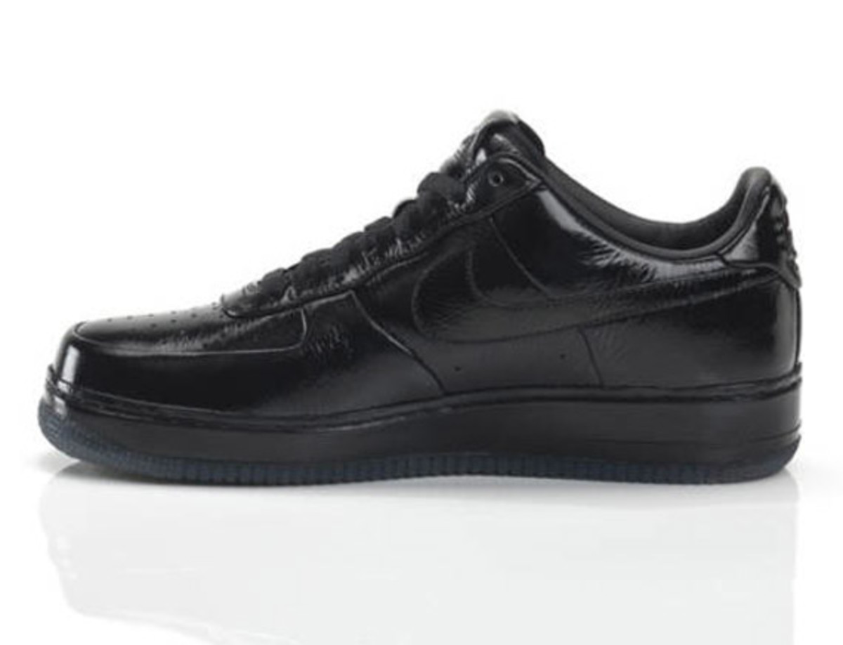 jay-z-nike-air-force-1-all-black-everything-france-03