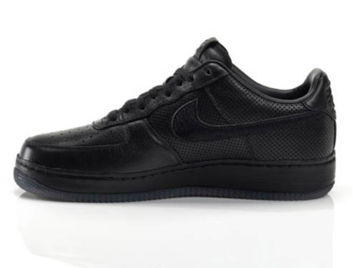 jay-z-nike-air-force-1-all-black-everything-puerto-rico-03