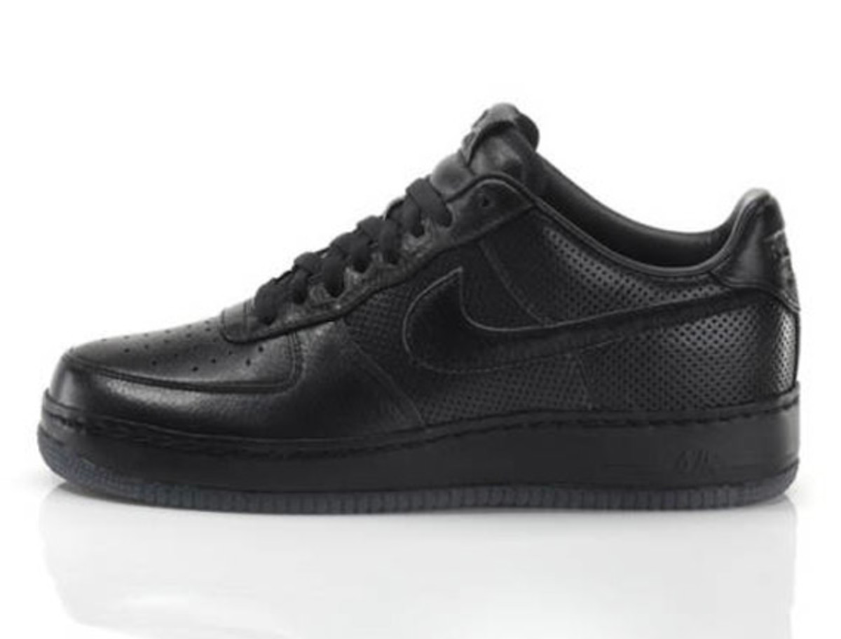 jay-z-nike-air-force-1-all-black-everything-puerto-rico-02