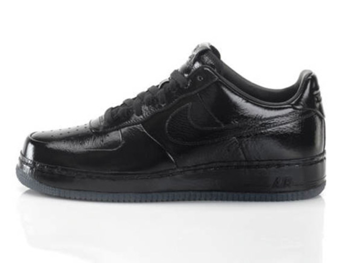 jay-z-nike-air-force-1-all-black-everything-france-02
