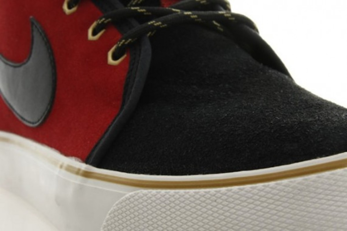 nike-toki-black-varsity-red-gold-4