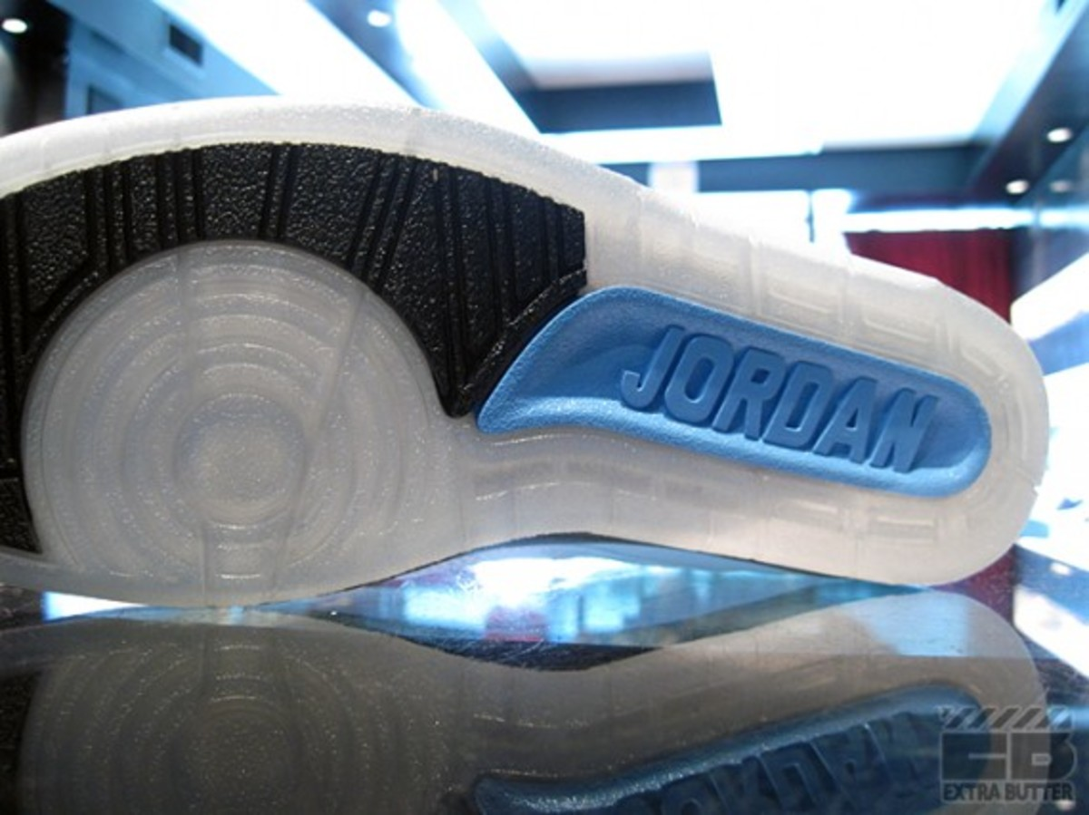 air-jordan-II-retro-university-blue-2