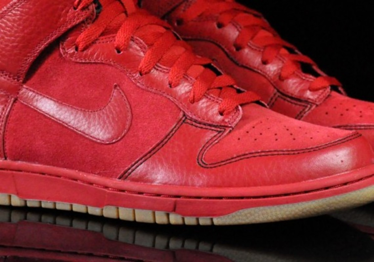 Nike-Dunk-Varsity-Red-Black-Gum-Medium-Brown-03