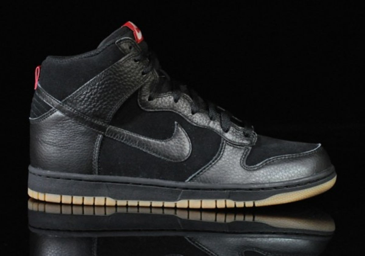 Nike-Dunk-High-Black-Black-Gum-Medium-Brown-01