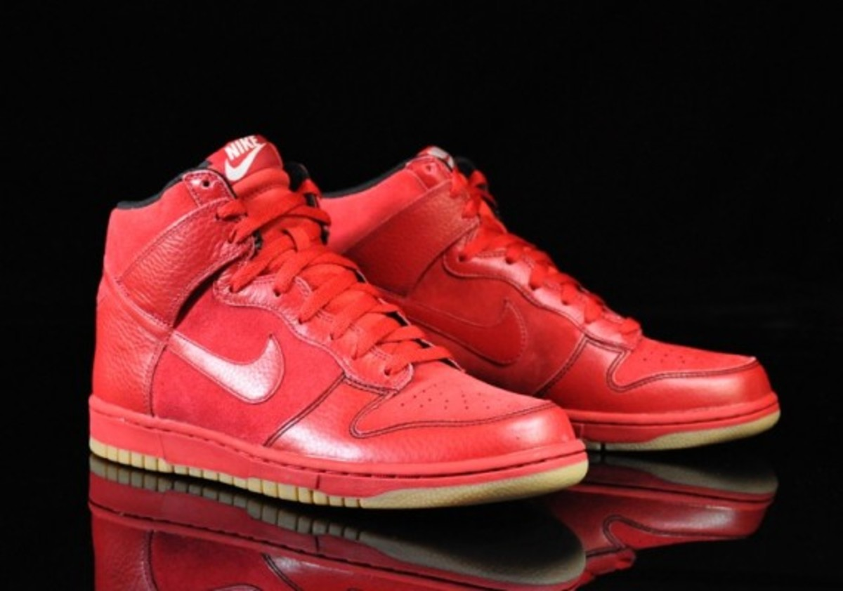 Nike-Dunk-Varsity-Red-Black-Gum-Medium-Brown-05
