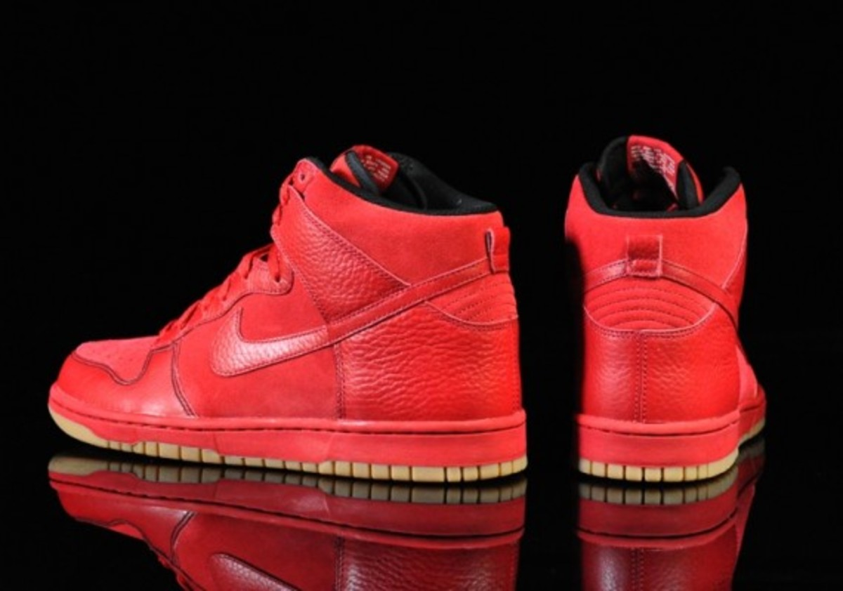 Nike-Dunk-Varsity-Red-Black-Gum-Medium-Brown-04