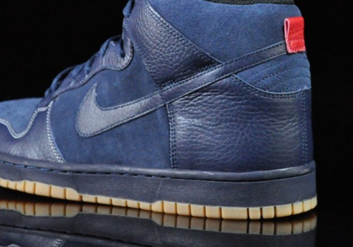 Nike-Dunk-High-Obsidian-Black-Gum-Medium-Brown-03