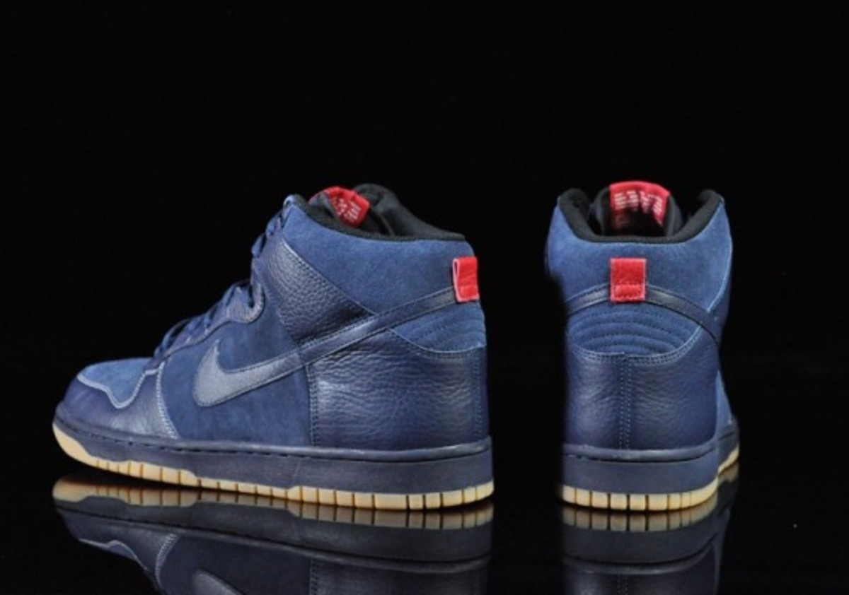 Nike-Dunk-High-Obsidian-Black-Gum-Medium-Brown-05
