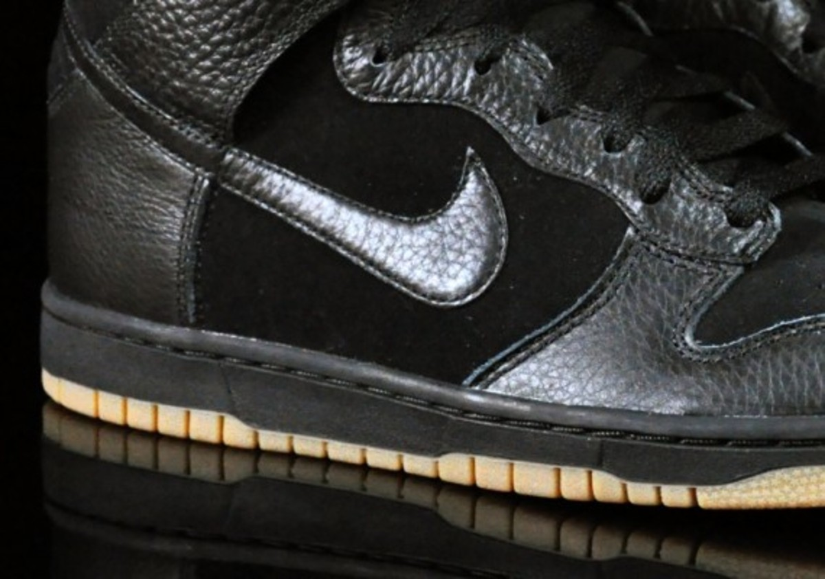 Nike-Dunk-High-Black-Black-Gum-Medium-Brown-03