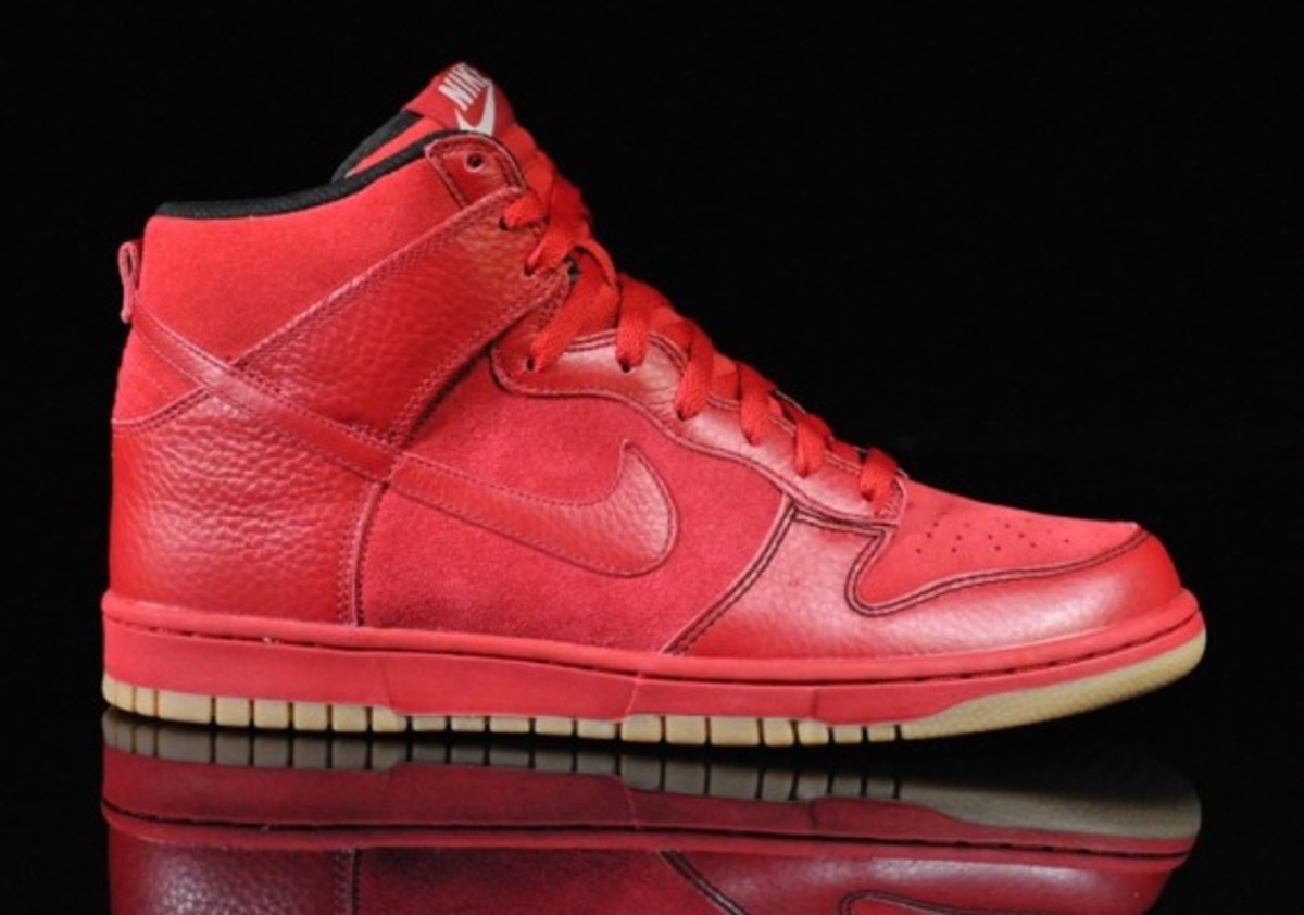 Nike-Dunk-Varsity-Red-Black-Gum-Medium-Brown-01