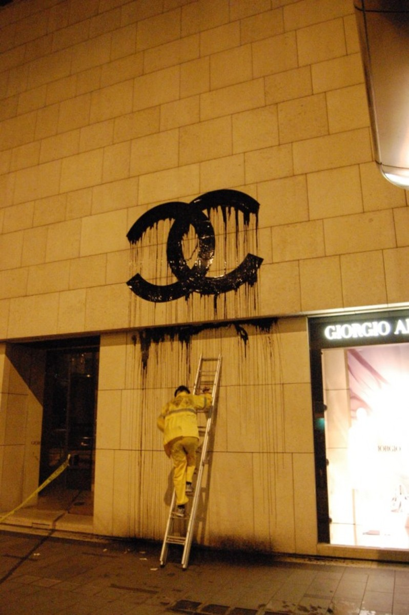 zevs-arrested-over-liquidated-chanel-sign-02
