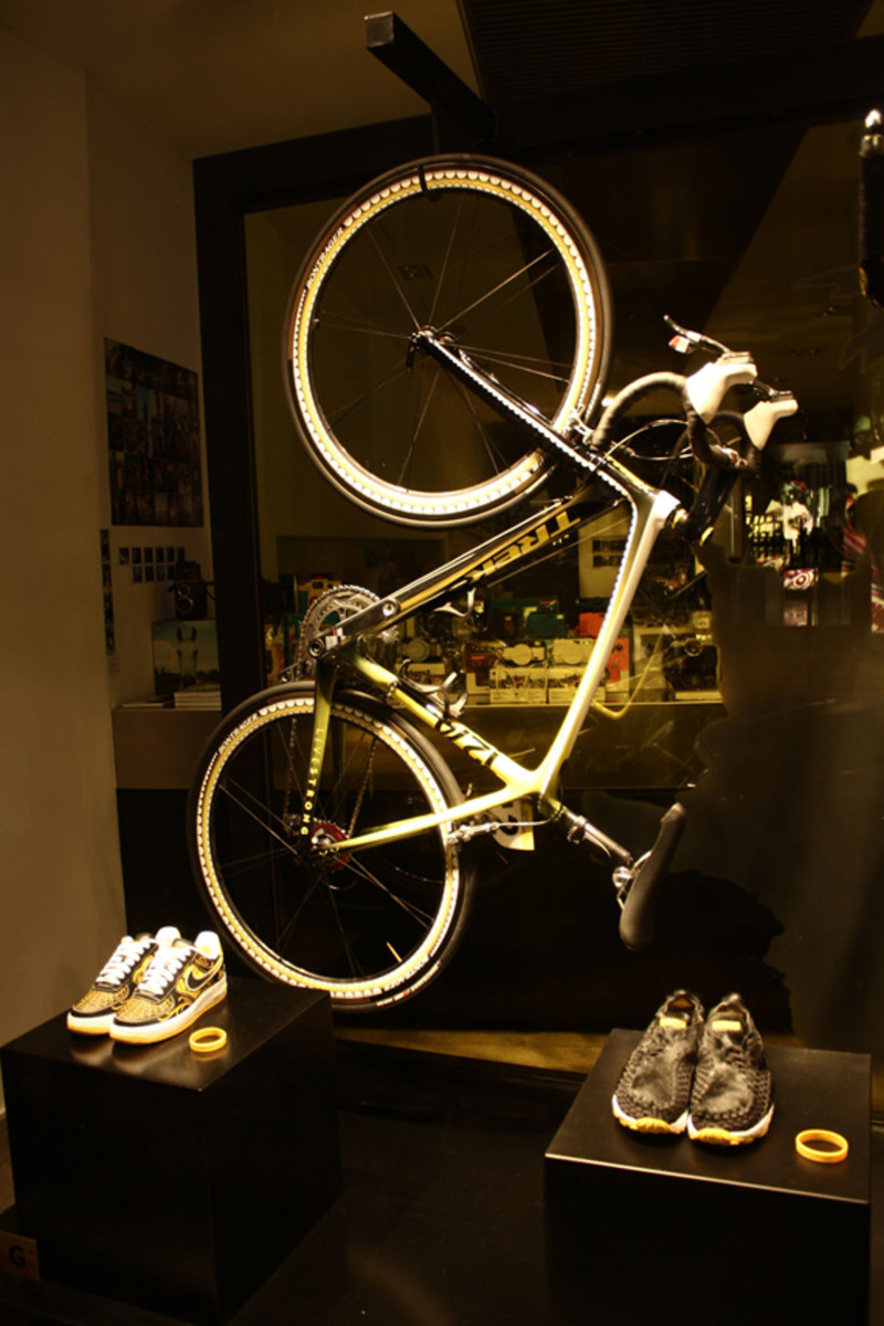 nike-livestrong-stages-window-display-02